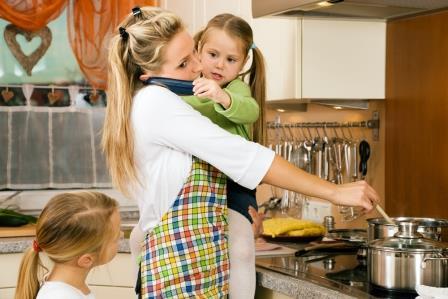 mamma i köket komprimerad